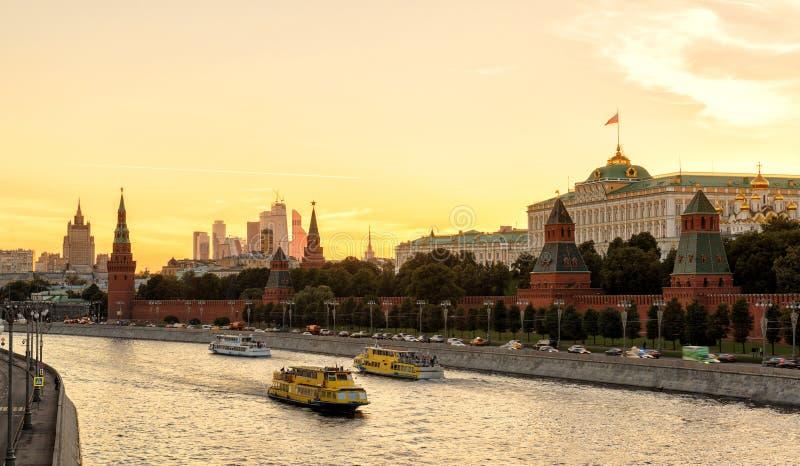 克里姆林宫和莫斯科河看法日落的 免版税库存图片