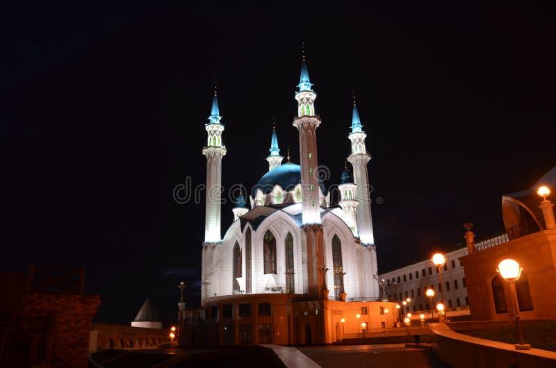 克里姆林宫在喀山,鞑靼斯坦共和国,俄罗斯共和国的疆土的库尔谢里夫清真寺 被停泊的晚上端口船视图 免版税库存照片