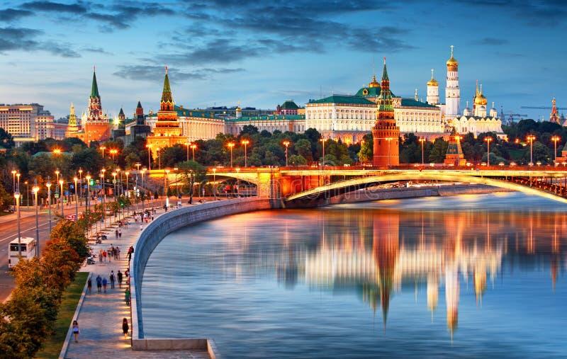 克里姆林宫在晚上,有河的俄罗斯 免版税库存照片