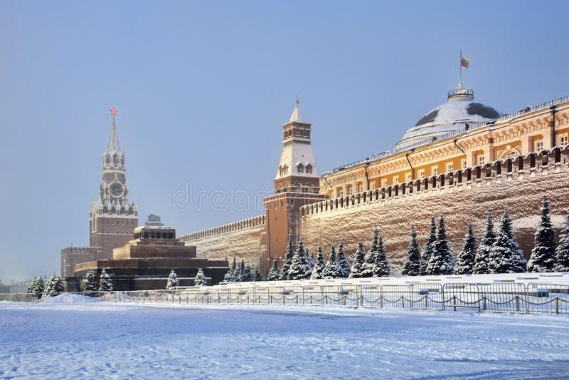 克里姆林宫墙壁在早晨微明下盖了雪 库存照片