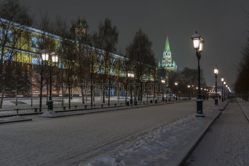 克里姆林宫墙壁的夜视图和克里姆林宫在冬天 库存图片