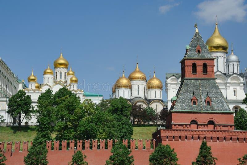 克里姆林宫教会和Taynitskaya塔-克里姆林宫 免版税库存图片