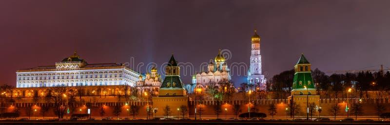 克里姆林宫的全景在冬天晚上 库存图片