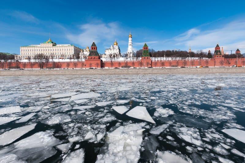 克里姆林宫莫斯科 在Moskva河的冰 图库摄影