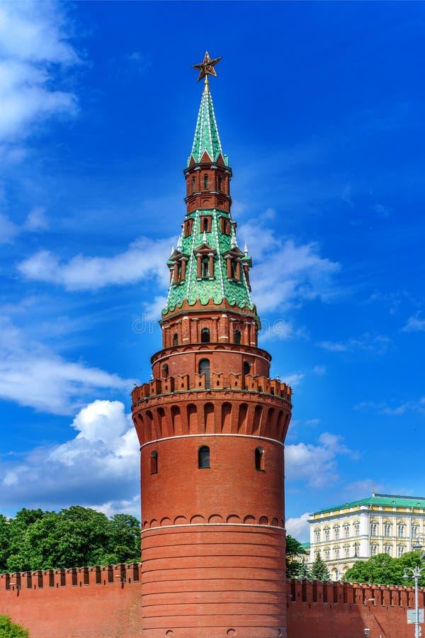 克里姆林宫视图的Vodovzvodnaya塔从河的 库存图片