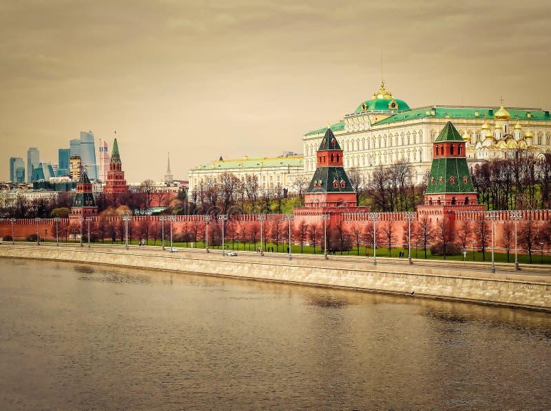 克里姆林宫,莫斯科河和现代莫斯科市的堤防在俄罗斯联邦的首都在日出的 都市的地平线 库存照片