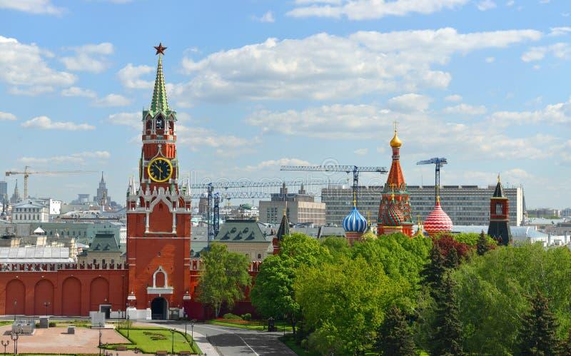 克里姆林宫Spasskaya塔反对莫斯科全景背景的  库存照片