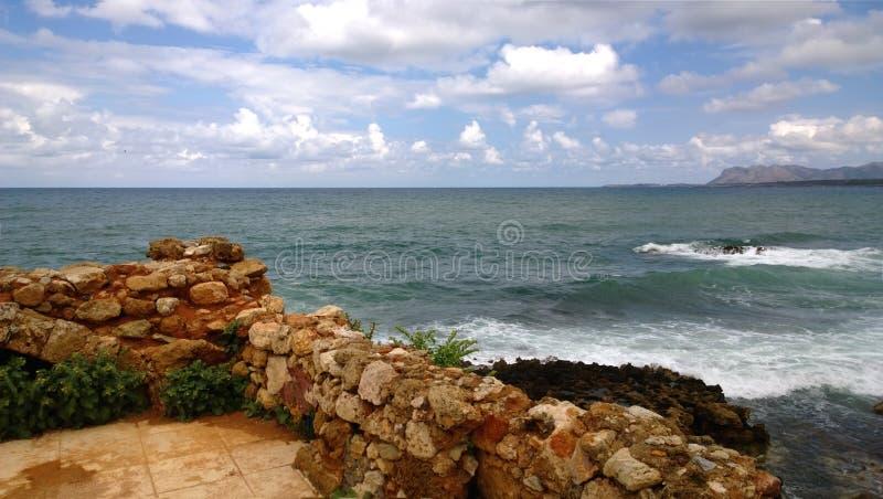 克里特岛海的惊人的明亮的全景从市的干尼亚州,有一部分的在前景的被破坏的老墙壁 免版税库存照片