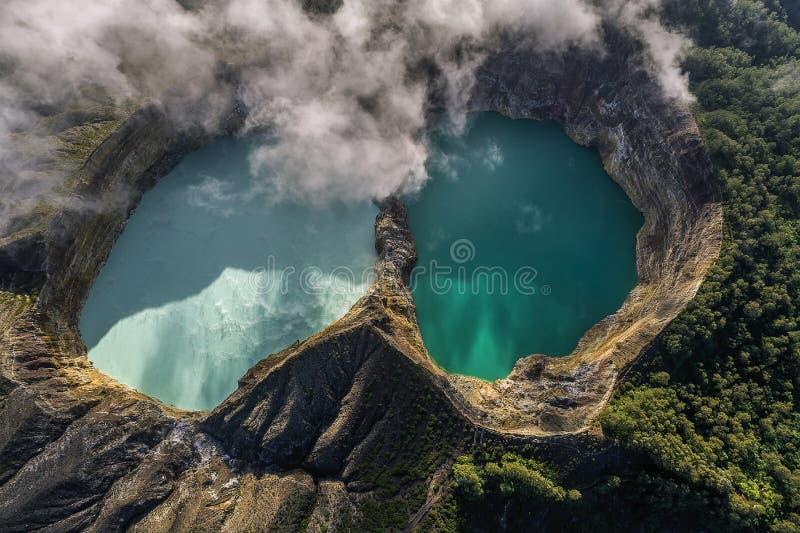 克里穆图火山火山和它的火山口湖,印度尼西亚鸟瞰图  库存图片