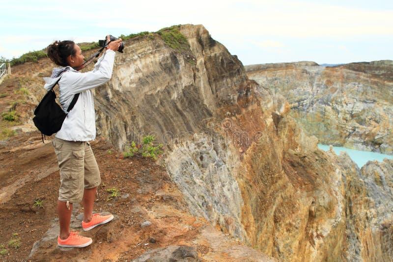 克里穆图火山的摄影师为湖照相的轻拍并且装罐 免版税库存图片