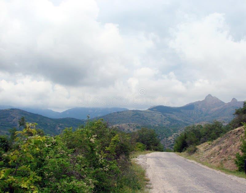 克里米亚半岛半岛 绿山山脉乌克兰 在克里米亚半岛山的脚的自然风景在夏天的开头部分 库存图片