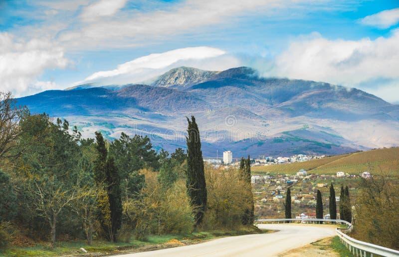 克里米亚路和山和森林夏天环境美化 库存图片