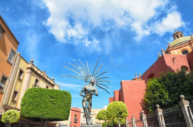 克雷塔罗,墨西哥, 2016年3月10日:在街市克雷塔罗的金属化跳舞印地安人雕象  免版税库存图片