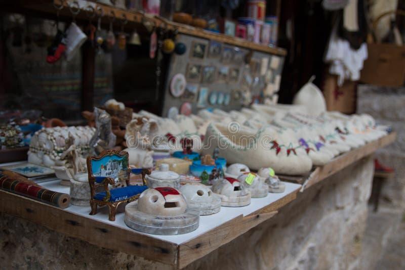 克鲁亚,阿尔巴尼亚- 2018年6月:传统无背长椅市场在Kruja,民族英雄斯甘德伯诞生镇  旧货市场 免版税图库摄影