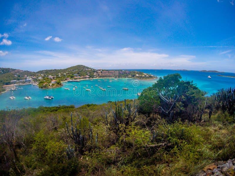 克鲁斯海湾全景在圣约翰USVI,加勒比海岛上的主要城镇  免版税库存照片