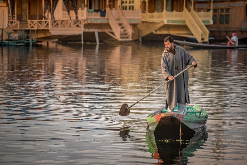 克什米尔当地人民在Dal湖,斯利那加,印度 库存照片