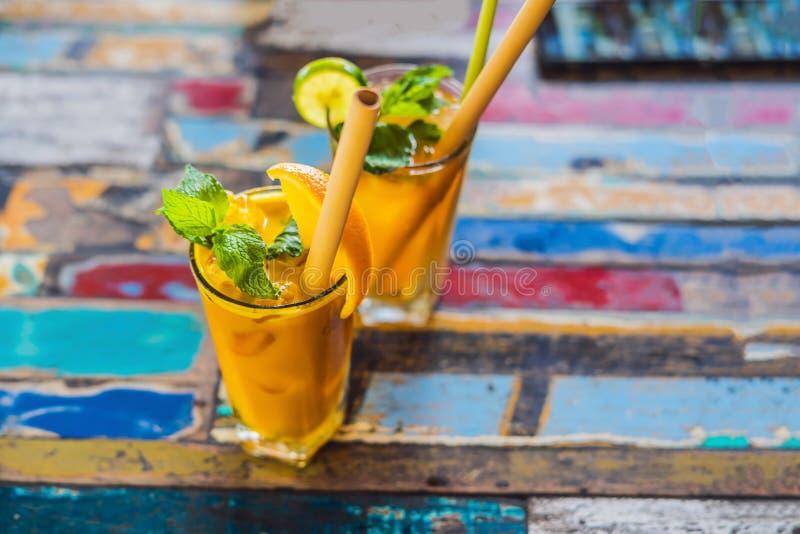 免疫促进,反激动的圆滑的人用桔子和姜黄 戒毒所早晨汁液饮料,干净吃 库存照片