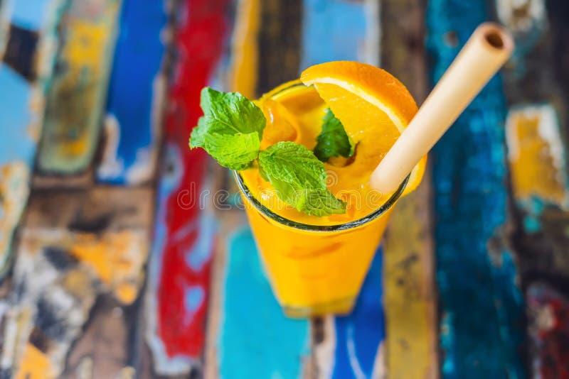 免疫促进,反激动的圆滑的人用桔子和姜黄 戒毒所早晨汁液饮料,干净吃 免版税图库摄影