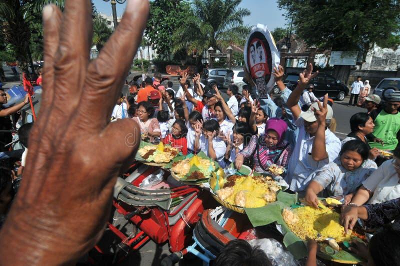 免费食物的发行对可怜的人民的 图库摄影