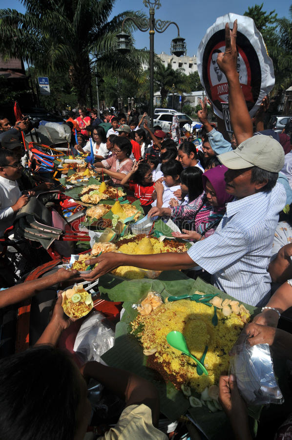 免费食物的发行对可怜的人民的 免版税库存照片