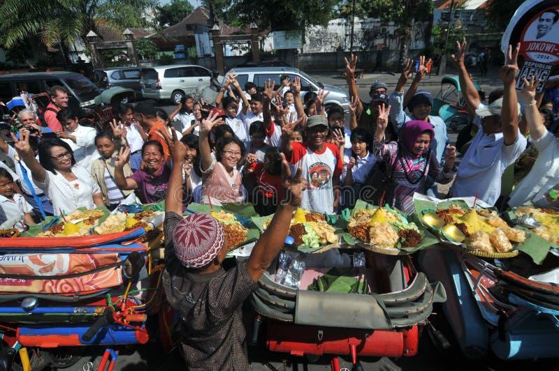 免费食物的发行对可怜的人民的 库存图片