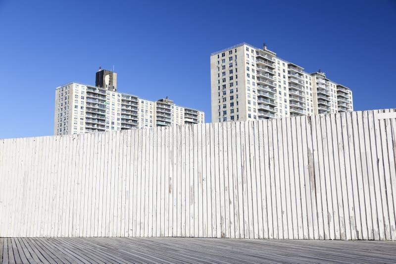 兔子岛木板走道和公寓的遗弃部分 免版税库存照片
