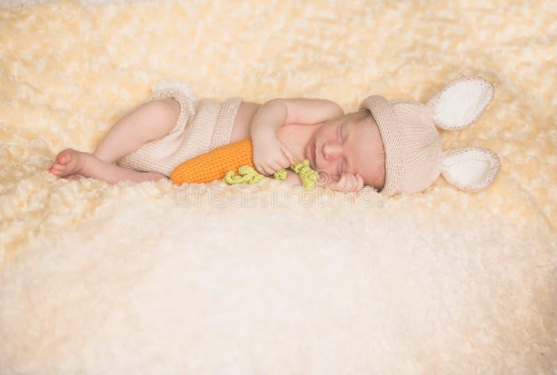 兔子服装的婴儿男孩 库存照片