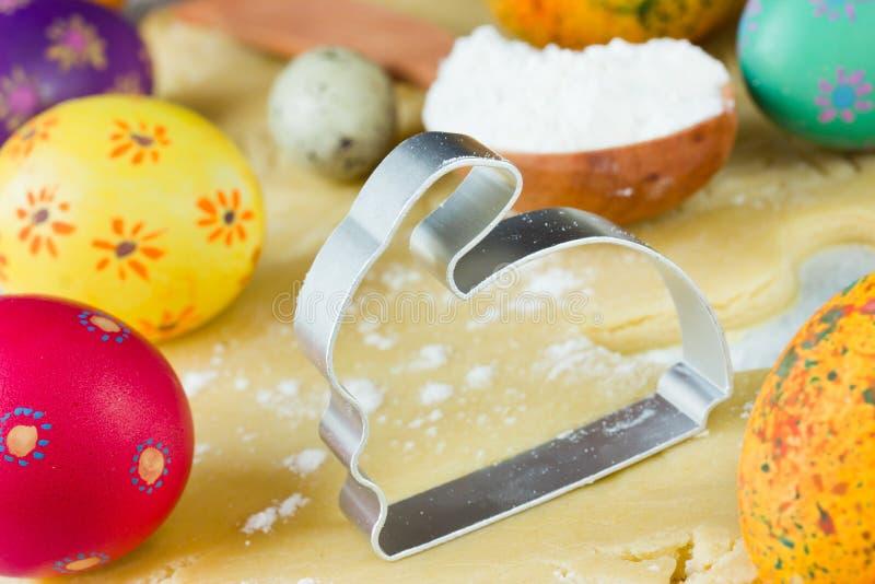 以兔子的形式,金属化复活节曲奇饼的切削刀 图库摄影
