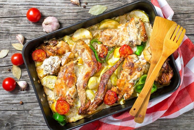 兔子肉烘烤了与酸性稀奶油和蕃茄,胡椒,大蒜, 库存图片