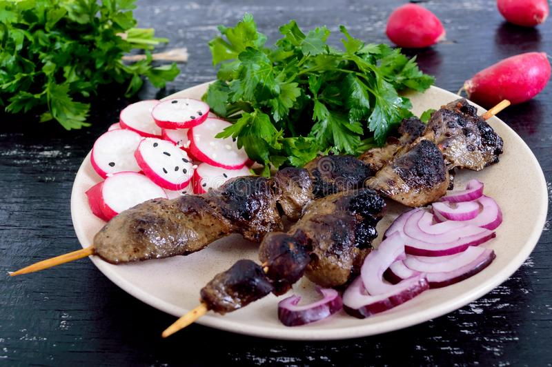 兔子肝脏在串和萝卜沙拉烤了 免版税库存图片