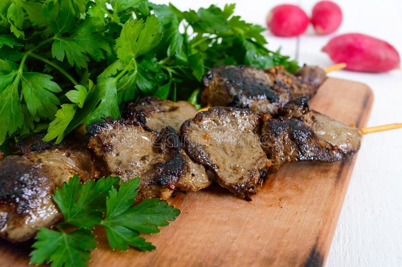 兔子肝脏在串烤了用草本和萝卜 免版税库存照片