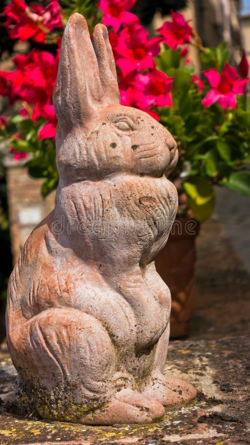 兔子雕塑,托斯卡纳沃尔泰拉街道的围栏细节 库存图片