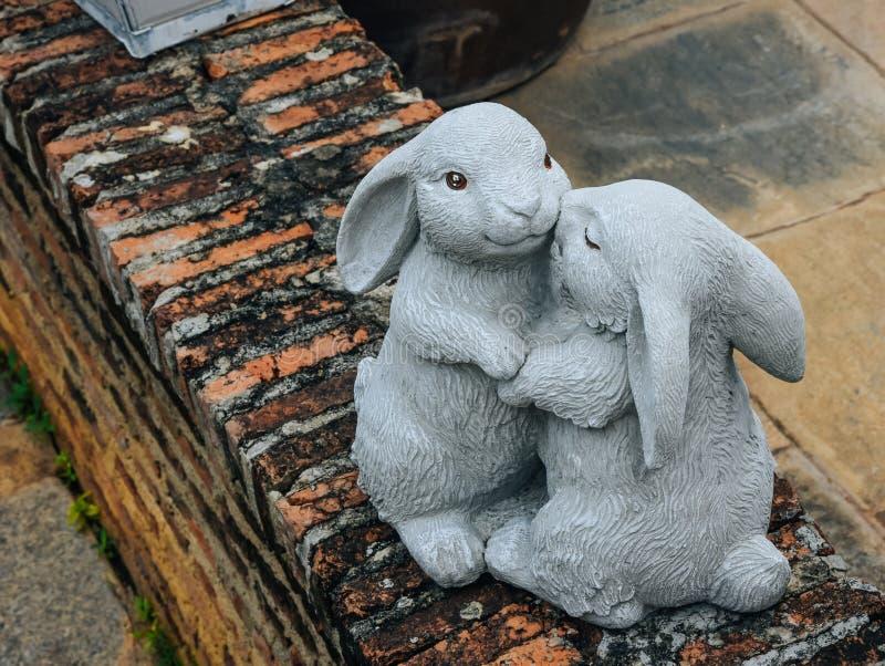 兔子雕象愉快地互相拥抱 兔子拥抱toge 库存照片
