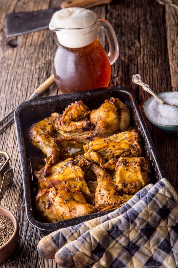 兔子 烤兔子切片用美国土豆大蒜加香料盐、胡椒小茴香和桶装啤酒 狩猎烹调 图库摄影