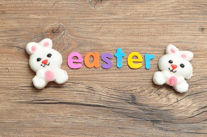 兔宝宝与词复活节的形状蛋白软糖 库存照片