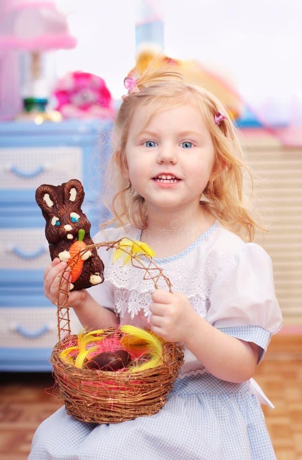 兔宝宝复活节女孩一点 免版税图库摄影