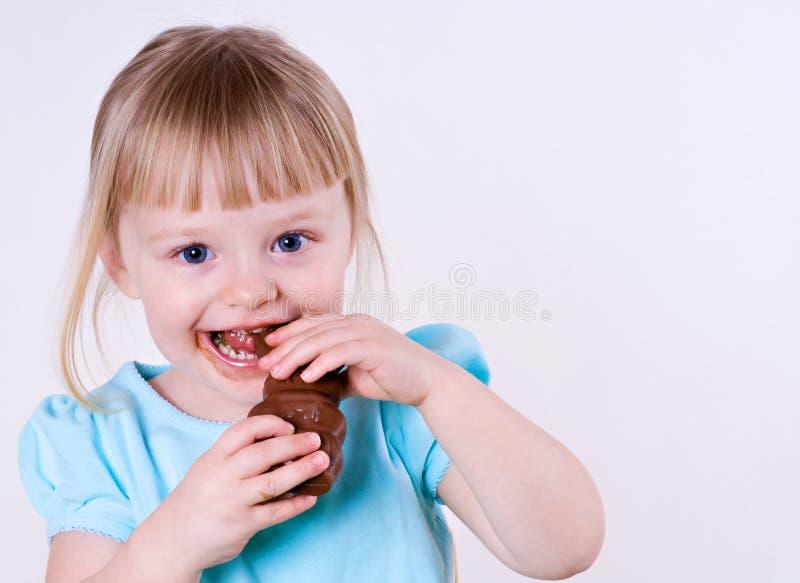 兔宝宝巧克力复活节女孩她一点 库存图片