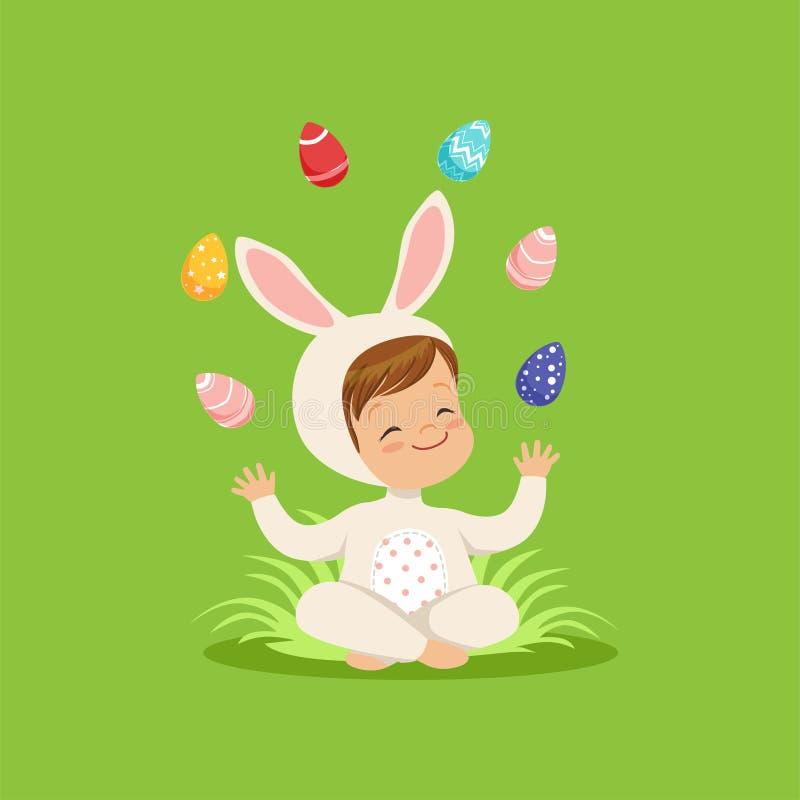 兔宝宝服装的逗人喜爱的小男孩坐玩杂耍用被绘的鸡蛋的草,获得的孩子在复活节彩蛋狩猎的乐趣 向量例证
