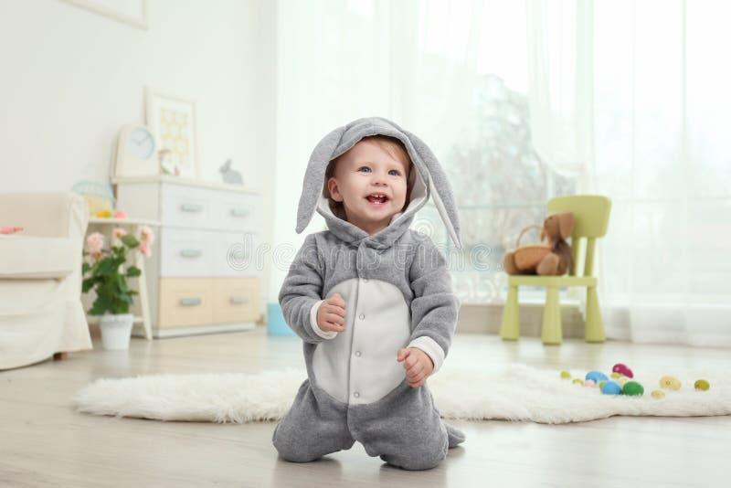 兔宝宝服装的逗人喜爱的矮小的婴孩 库存照片