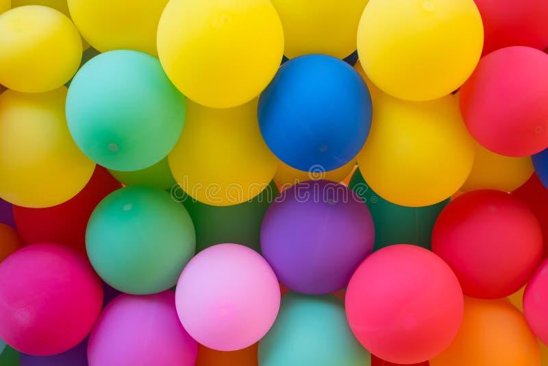 党和狂欢节的五颜六色的气球墙壁 免版税库存图片