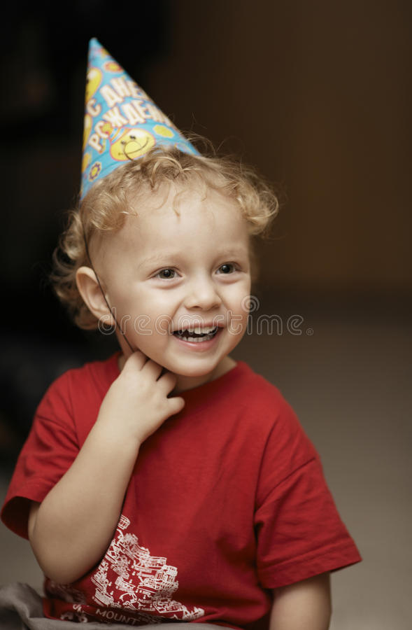 党帽子的逗人喜爱的愉快的年轻男孩 免版税图库摄影
