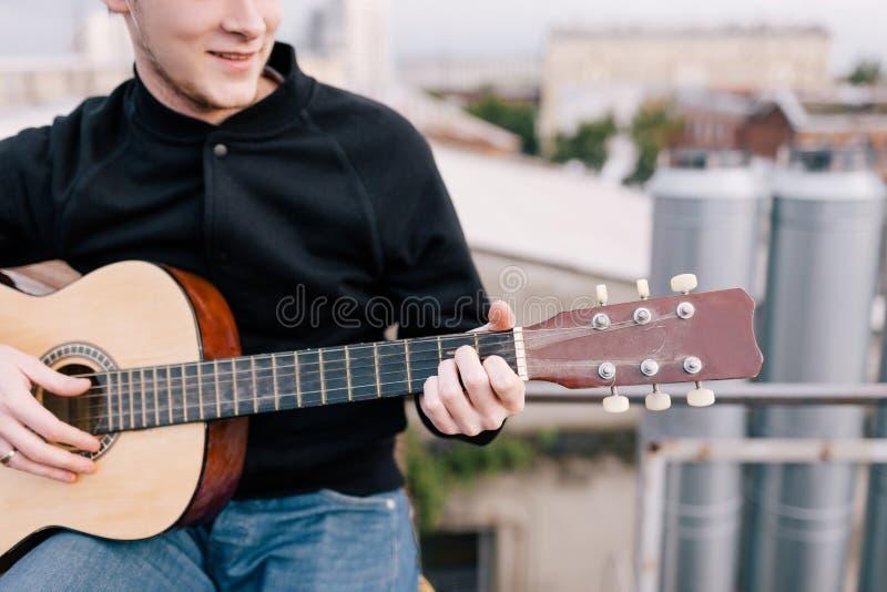 党庆祝的音乐家在屋顶 免版税库存照片