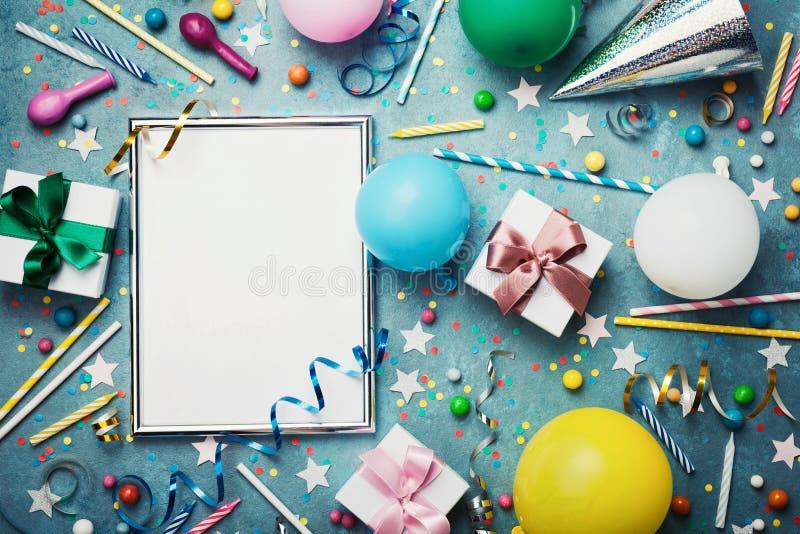 党或生日背景 与五颜六色的气球、礼物盒、狂欢节盖帽、五彩纸屑、糖果和飘带的银色框架 库存图片