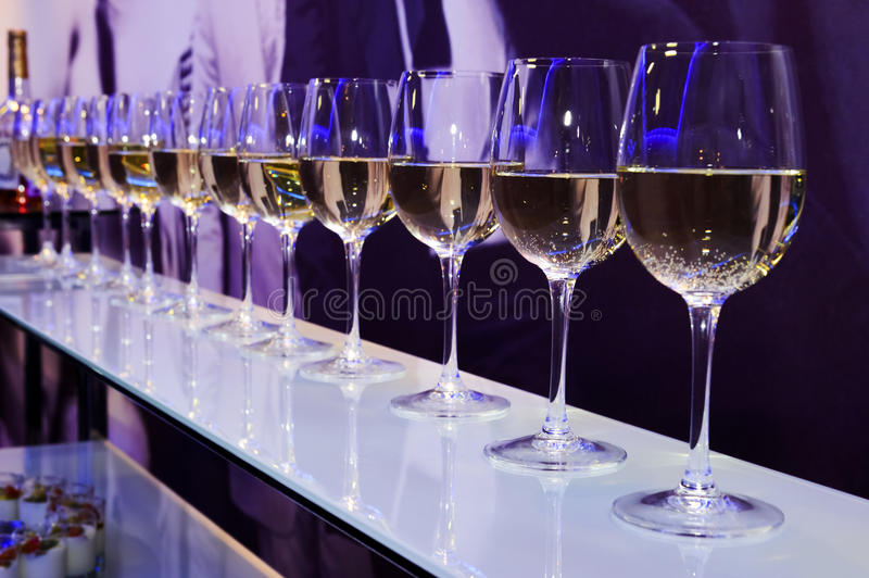 党白葡萄酒玻璃 库存照片