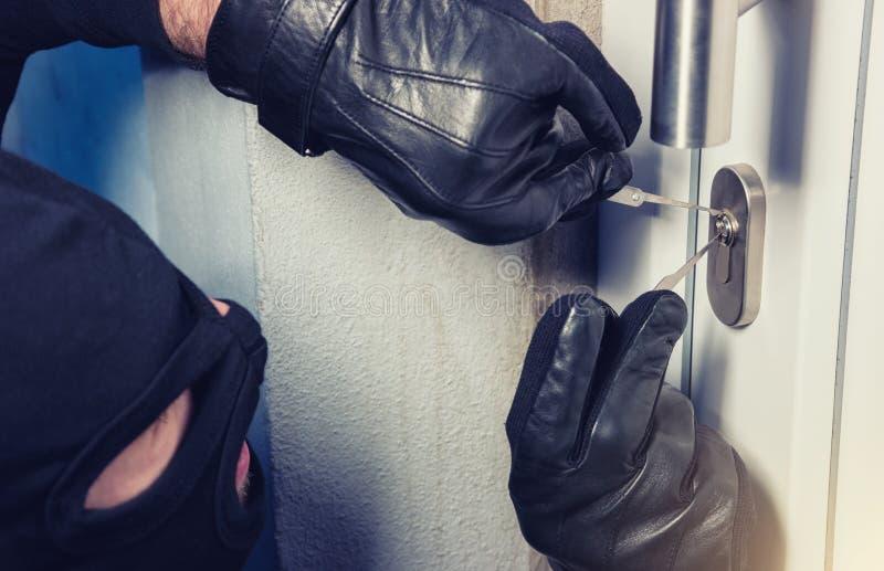 入侵者或夜贼有锁采摘工具的 免版税库存图片