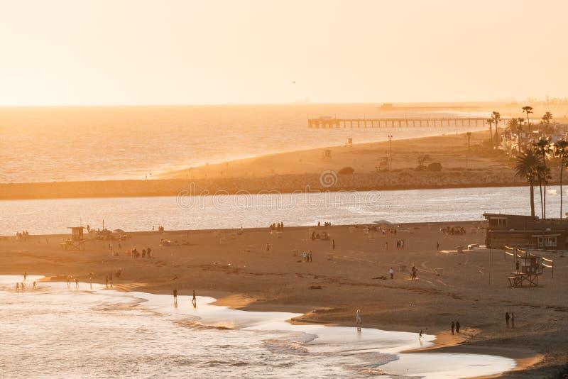 入口和海滩的日落视图对纽波特港口的在科罗娜del Mar,新港海滨,加利福尼亚 库存图片