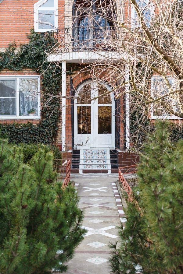入口正面图在乡间别墅里在春天 免版税库存照片