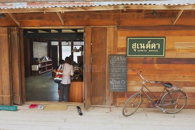 入口的外部到其中一间旅舍在城镇可汗,泰国 库存照片