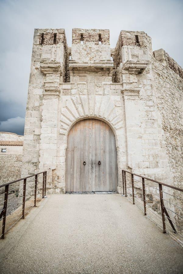 入口的特殊看法对马尼亚切城堡的在Ortigia Siracura 免版税库存图片