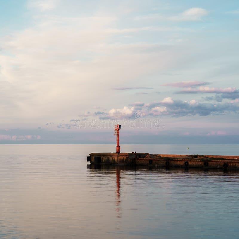 入口美好的海景到口岸里 在拉脱维亚 ?? Reallystic 红灯房子 免版税库存图片